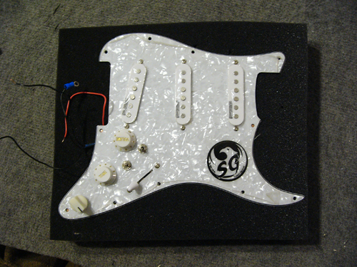 Demo SSS Loaded Pickguard pour Stratocaster – Micros Wilkinson WHSM – Varitone 6 Positions